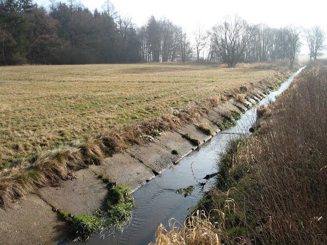 Vodní tok degradovaný technickou úpravou.