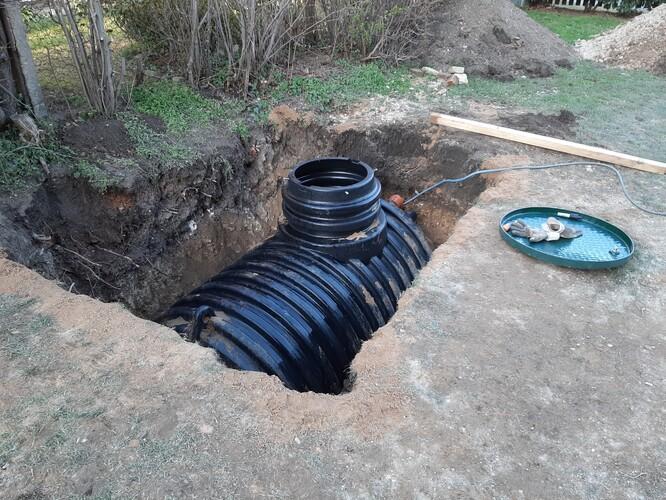 Když nemáte na pozemku rostlou skálu, máte situaci snazší.