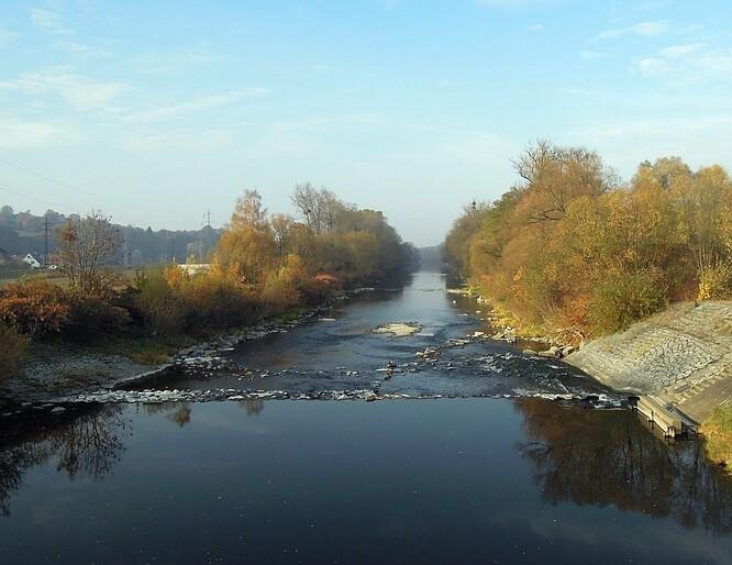 Řeka Bečva protékající mezi Valašským Meziříčím a Juřinkou.