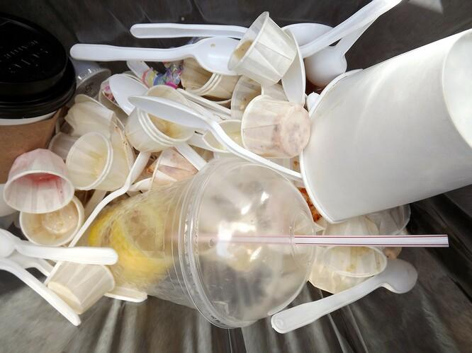 """V Indonésii ročně vyrobí """"jen"""" 3,6 milionů tun plastů, ale do oceánu vypustí 6,8 miliony tun jednorázových plastů ročně."""