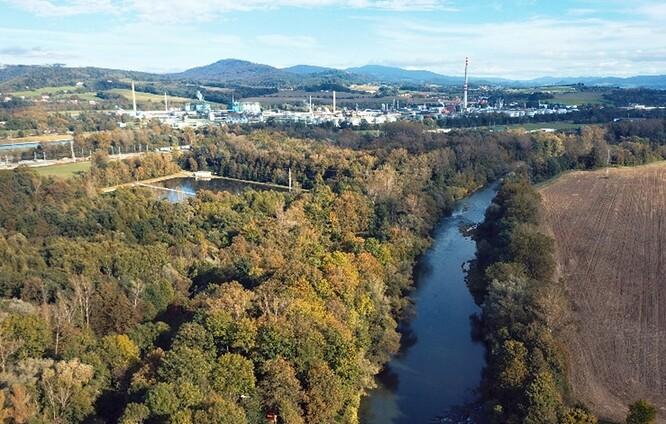 Řeka Bečva pod areálem firmy DEZA