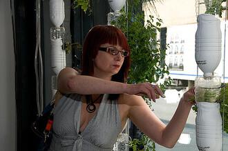 Na výrobu vertikální zahrady je potřeba pár PET lahví, hadiček a vzduchové čerpadlo. Zavěsit lze u každého okna.