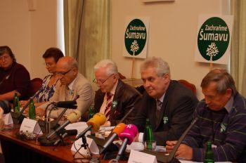 Milo� Zeman na tiskov� konferenci Zachra�me �umavu