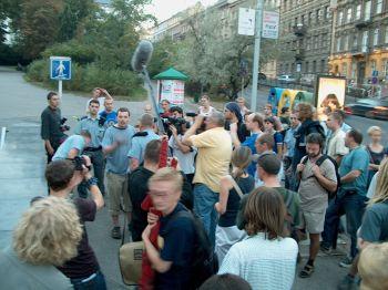 Vít Klusák diskutuje s policistou