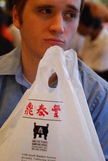 Muž splastovou taškou