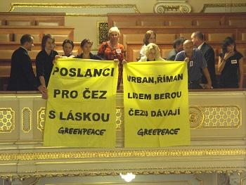 Greenpeace protestuje ve sněmovně proti záměru dát povolenky zdarma elektroenergetickým společnostem