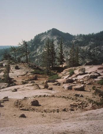 Richard Long , kruh v Donnerově průsmyku v Kalifornii, 2005