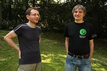 Astronom Sylwester Ko�oma�ski (vlevo) a  Zbigniew Kami�ski z lesn� spr�vy �wierad�w