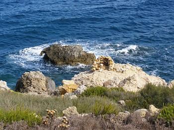 Pobřeží maltského ostrova Gozo s kamennou střílnou