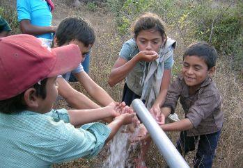 Venkovské děti u zdroje pitné vody.