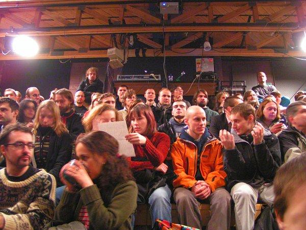 Panelovou diskusi sledoval plný sál divadla