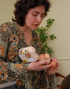 Dita Michaličková ukazuje povinné označování původu vajec
