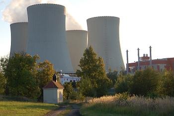 Pohled na elektrárnu z bývalého Březí
