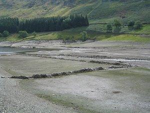 Když je nízký stav vody, zdi bývalé vesnice se znovu objevují.