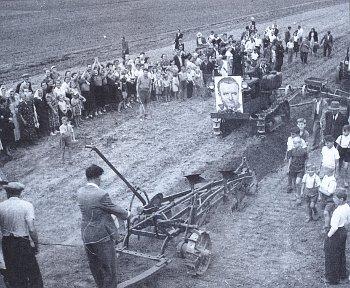 Rozorávání mezí v Obříství u Neratovic (1950).